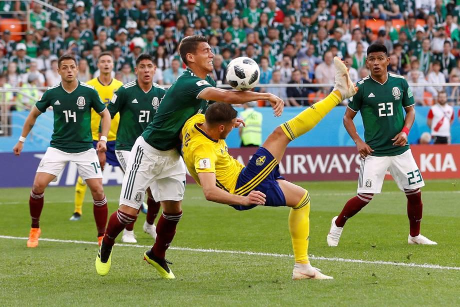 Marcus Berg da Suécia durante disputa com Hector Moreno do México na Arena Ekaterinburg - 27/06/2018