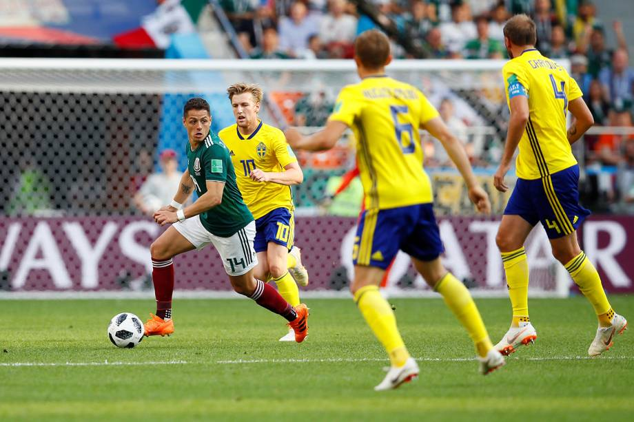 Javier Hernandez do México marcado por jogadores suecos durante jogada na Arena Ekaterinburg - 27/06/2018