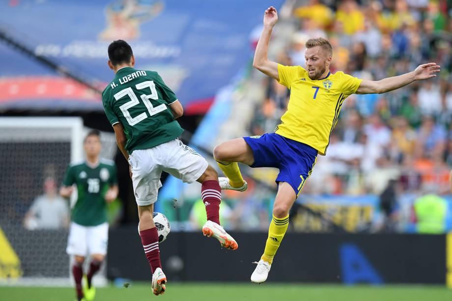 Sebastian Larsson da Suécia se choca contra Hirving Lozano do México na Arena Ekaterinburg - 27/06/2018