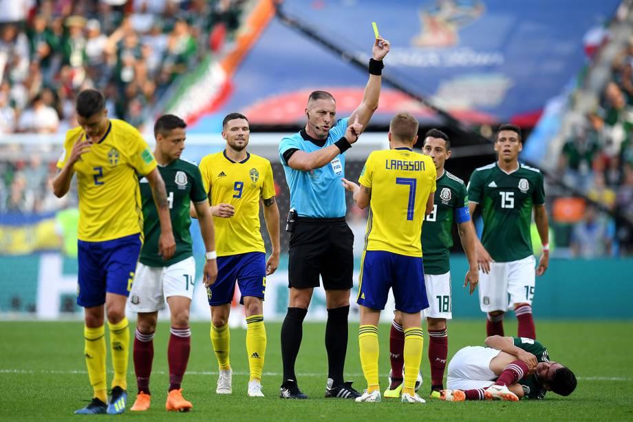 Sebastian Larsson da Suécia recebe cartão amarelo em partida contra o México na Arena Ekaterinburg - 27/06/2018