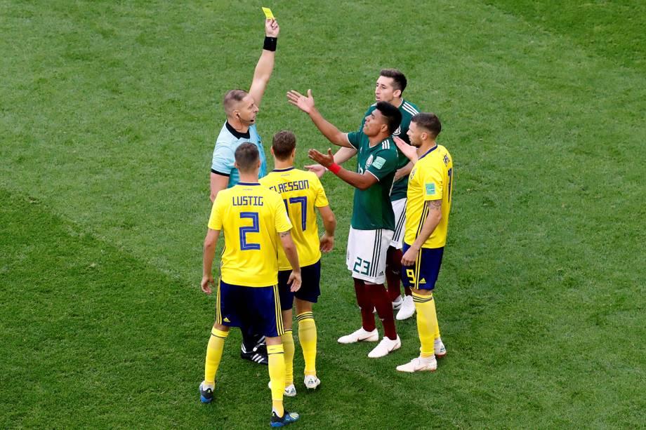 Jesus Gallardo do México recebe cartão amarelo durante partida contra a Suécia - 27/06/2018
