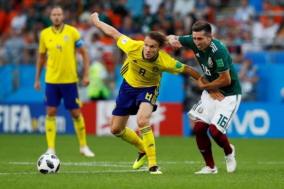 Albin Ekdal da Suécia disputa a bola com Hector Herrera do México na Arena Ecaterimburgo - 27/06/2018