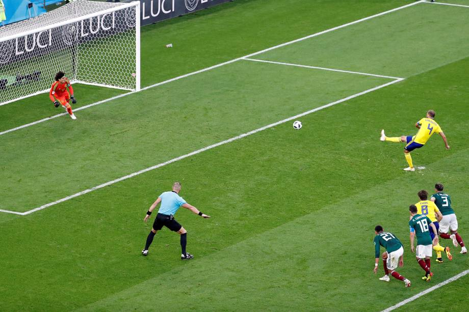 Andreas Granqvist da Suécia marca segundo gol da partida contra o México na Arena Ecaterimburgo - 27/06/2018