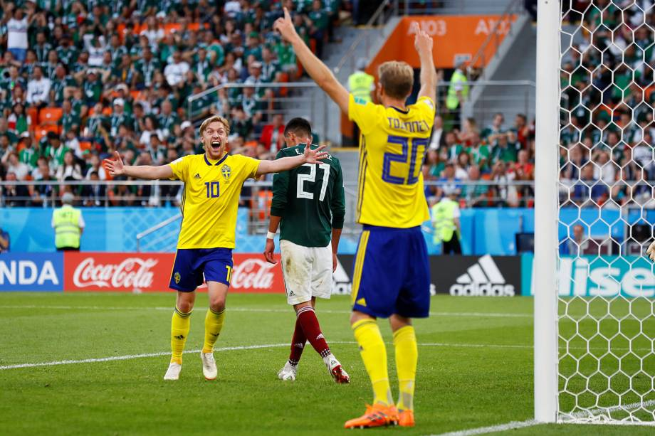 Ola Toivonen e Emil Forsberg da Suécia comemoram gol contra marcado por Edson Alvarez do México - 27/06/2018