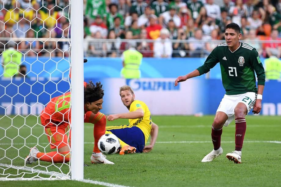 Edson Alvarez do México marca terceiro gol da seleção da Suécia na Arena Ecaterimburgo - 27/06/2018