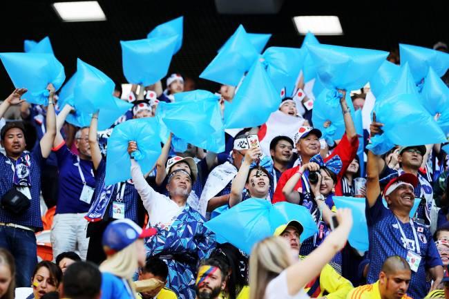 Torcedores japoneses levam sacos de lixo para a Arena Mordovia, onde ocorreu a partida entre Japão e Colômbia, válida pelo grupo H da Copa do Mundo - 19/06/2018