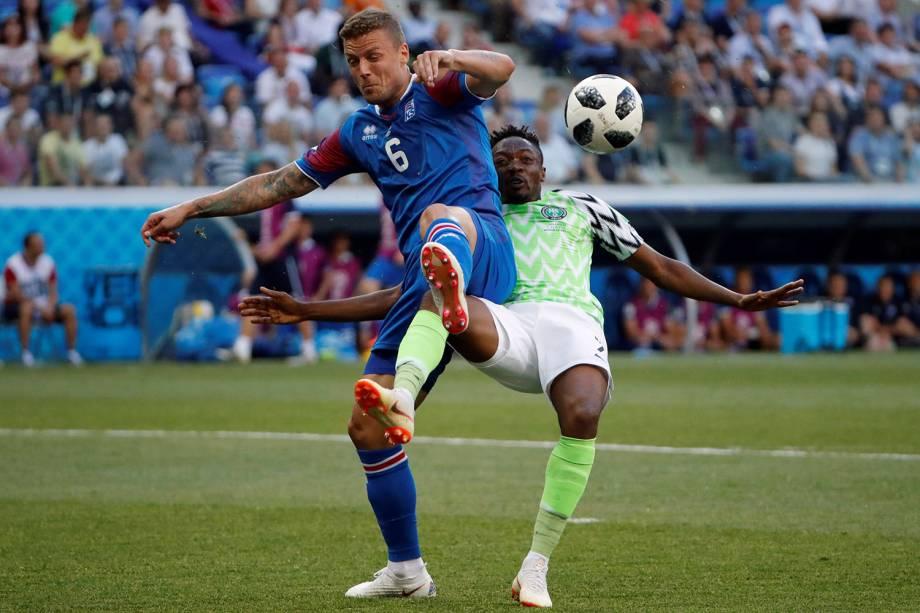 Ragnar Sigurdsson, da Islândia, divide uma bola com o Ahmed Musa, da Nigéria - 22/06/2018