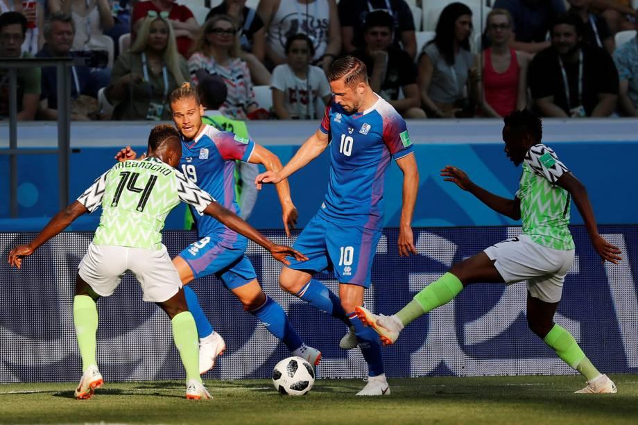 Gylfi Sigurdsson, da Islândia, é cercado por dois marcadores da Nigéria, enquanto Rurik Gislason passa ao lado para receber a bola - 22/06/2018
