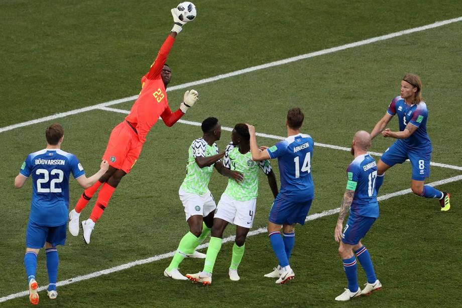 O goleiro nigeriano, Francis Uzoho, afasta uma bola cruzada na pequena área - 22/06/2018