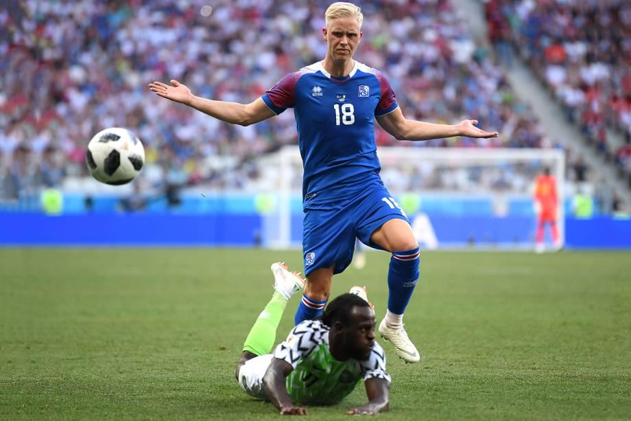Hordur Magnusson, da Islândia, gesticula enquanto o nigeriano Victor Moses cai a sua frente - 22/06/2018