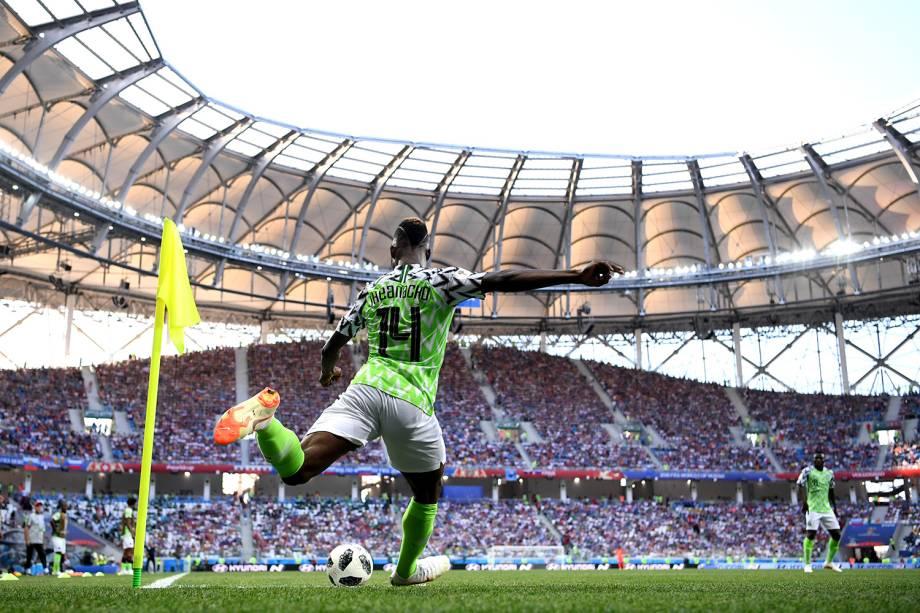 O nigeriano Kelechi Iheanacho cobra um escanteio na partida contra a Islândia, na Arena Volgograd - 22/06/2018