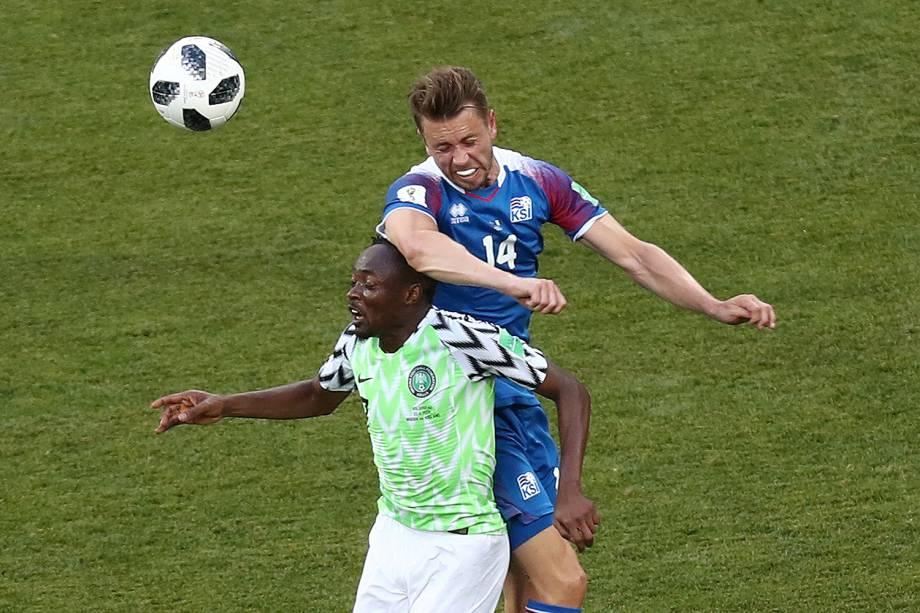 Ahmed Musa, da Nigéria, disputa uma bola de cabeça com o islandês, Kari Arnason - 22/06/2018