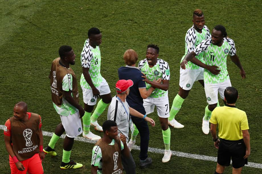 O nigeriano, Ahmed Musa, comemora o gol marcado contra a Islândia com os companheiro de time - 22/06/2018