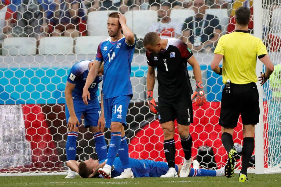 Jogadores da Islândia lastimam o gol da Nigéria, marcado por Ahmed Musa, na Arena Volgograd - 22/06/2018