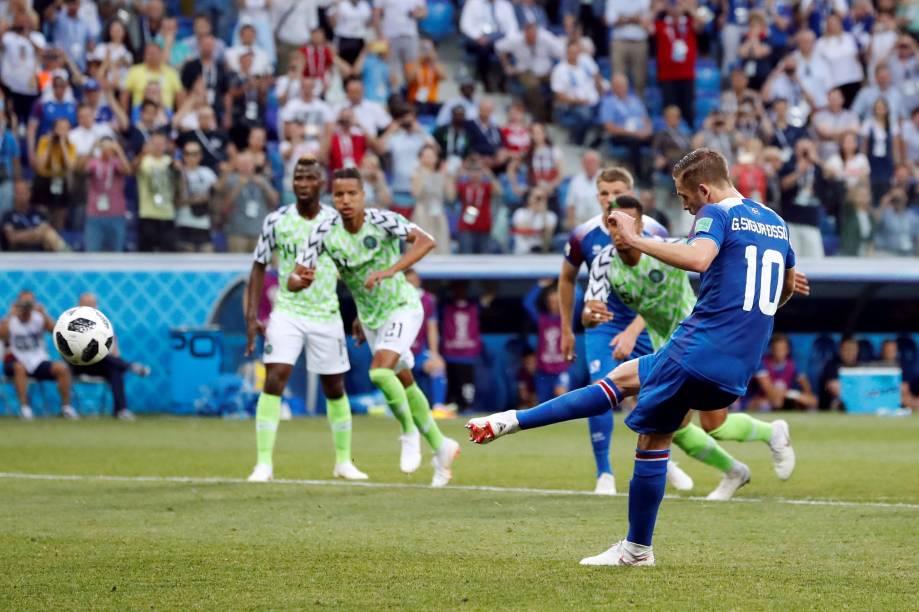 Gylfi Sigurdsson, da Islândia, desperdiça a chance de gol de pênalti, marcado com a ajuda do árbitro de vídeo, na partida contra a Nigéria - 22/06/2018
