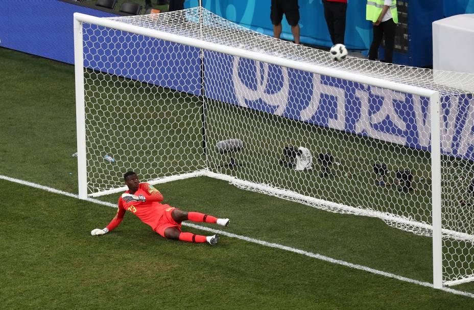 O goleiro nigeriano, Francis Uzoho, observa a bola após a cobrança de pênalti da Islândia - 22/06/2018