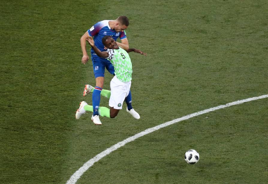 Odion Ighalo, da Nigéria, disputa uma bola aérea com o islandês Sverrir Ingi Ingason - 22/06/2018