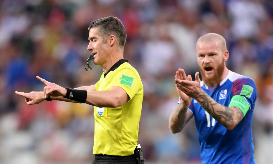 O juiz Matthew Conger anuncia o pênalti após conferir o vídeo da partida entre Nigéria e Islândia - 22/06/2018