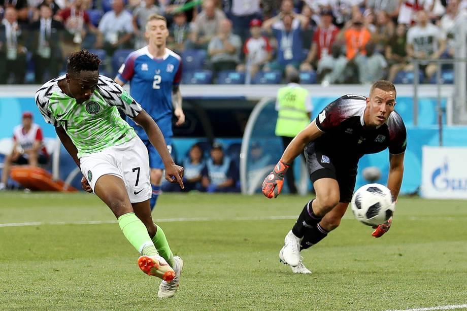 Ahmed Musa, da Nigéria, marca seu segundo gol na partida contra a Islândia - 22/06/2018