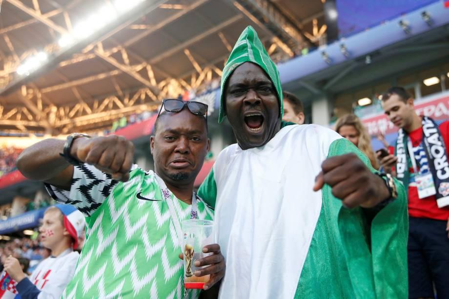 Torcedores nigerianos se animam antes do início da partida contra a Croácia