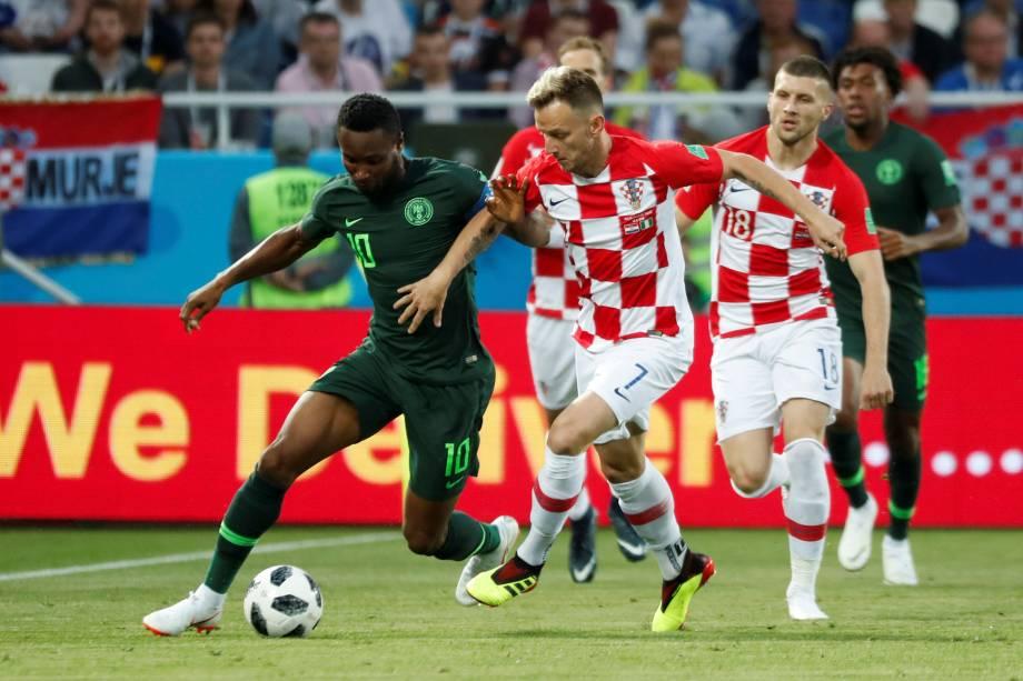 Ivan Rakitic, da Croácia, em disputa de bola com o nigeriano John Obi Mikel