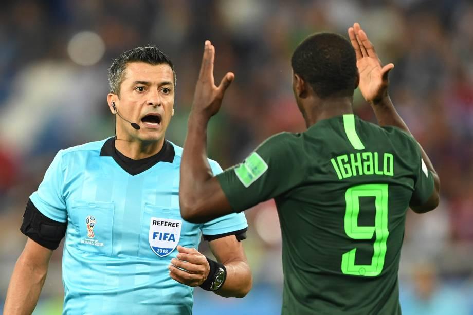 O atacante nigeriano, Odion Jude Ighalo, discute com o árbitro brasileiro, Sandro Ricci, durante o jogo entre Croácia e a Nigéria no Estádio Kaliningrad