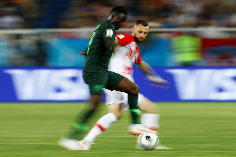 Marcelo Brozovic, da Croácia, marca Oghenekaro Etebo, da Nigéria, durante a partida válida pelo Grupo D da Copa do Mundo Rússia, no Estádio Kaliningrad