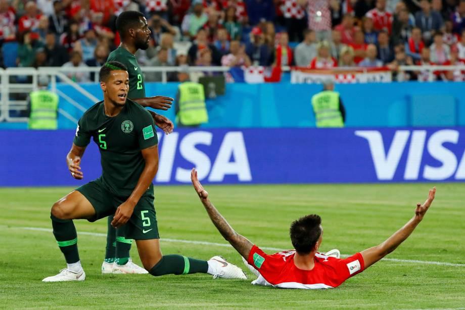 Mario Mandzukic, da Croácia, pede pênalti após um lance com William Troost-Ekong, da Nigéria