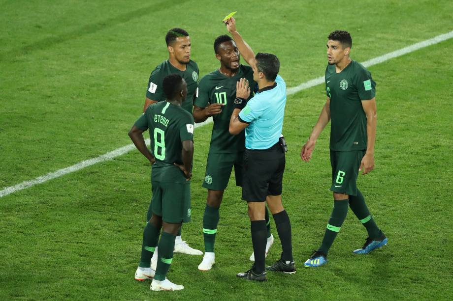 O juiz brasileiro Sandro Ricci mostra o cartão amarelo para William Troost-Ekong, da Nigéria, após o pênalti cometido na partida contra a Croácia