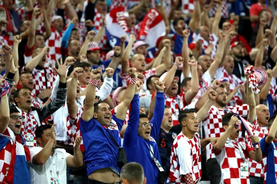 Torcedores croatas comemoram o gol contra da Nigéria, que abre o placar no estádio Kaliningrad