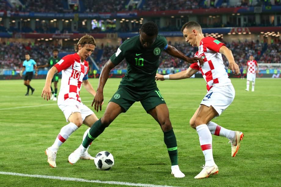 John Obi Mikel, da Nigéria, é pressionado pelos croatas Luka Modric e Ivan Perisic durante o jogo do grupo D da Copa do Mundo Rússia 2018