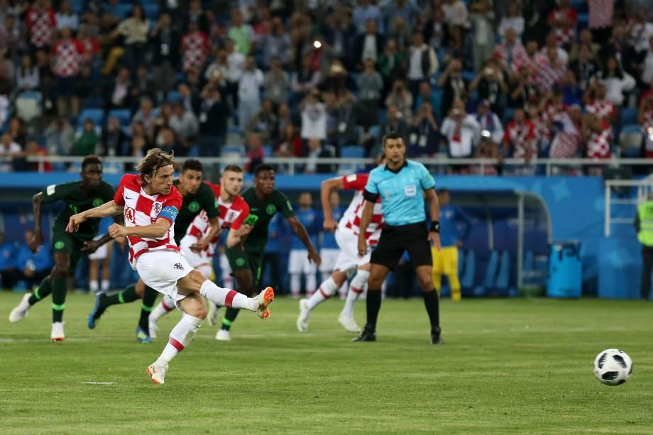 Luka Modric cobra o pênalti sofrido por seu parceiro de time, Mandzukic, na partida contra a Nigéria