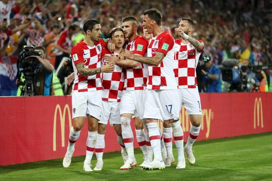 Luka Modric comemora junto com seus companheiros de time o segundo gol da Croácia, marcado de pênalti, no eestádio Kaliningrad