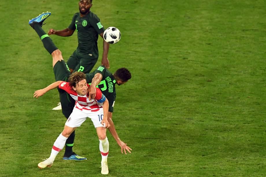 Luka Modric, da Croácia, se envolve em uma disputa de bola com Leon Balogun, da Nigéria, durante a partida válida pelo Grupo D da Copa do Mundo Rússia 2018
