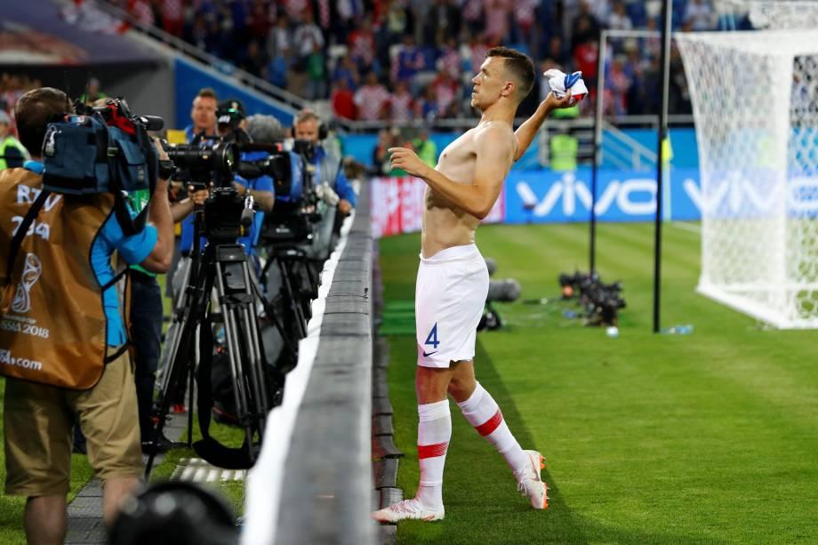 Ivan Perisic, da Croácia, lança sua camiseta para a torcida após a vitória sobre a Nigéria