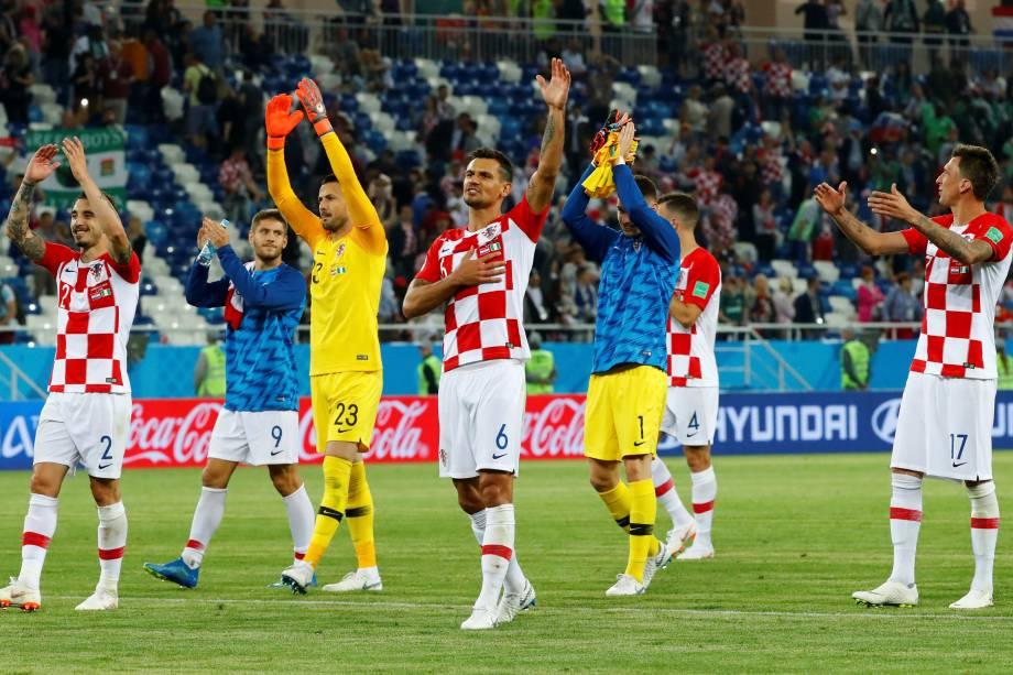 Jogadores croatas agradecem a torcida e celebram a vitória ao fim da partida contra a Nigéria, no estádio Kaliningrad