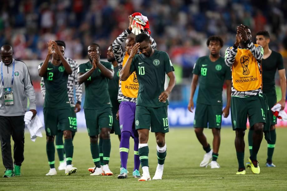 Jogadores nigerianos saem de campo desolados e saúdam a torcida após a derrota para a Croácia, no estádio Kaliningrad