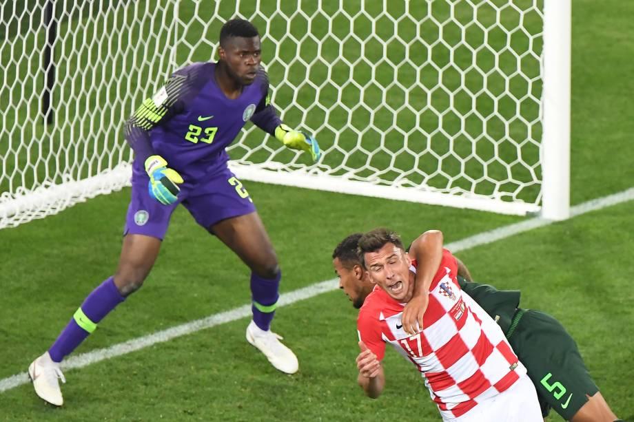 O zagueiro da Nigéria, William Troost-Ekong, comete o pênalti no atacante croata Mario Mandzukic