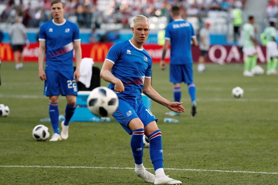 Hordur Bjorgvin Magnusson, da Islândia, se aquece para a partida contra a Nigéria na Arena Volgograd - 22/06/2018