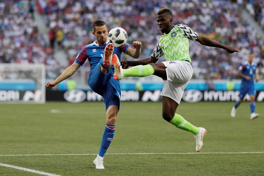 O nigeriano, Kelechi Iheanacho, divide uma bola aérea com o islandês Gylfi Sigurdsson - 22/06/2018