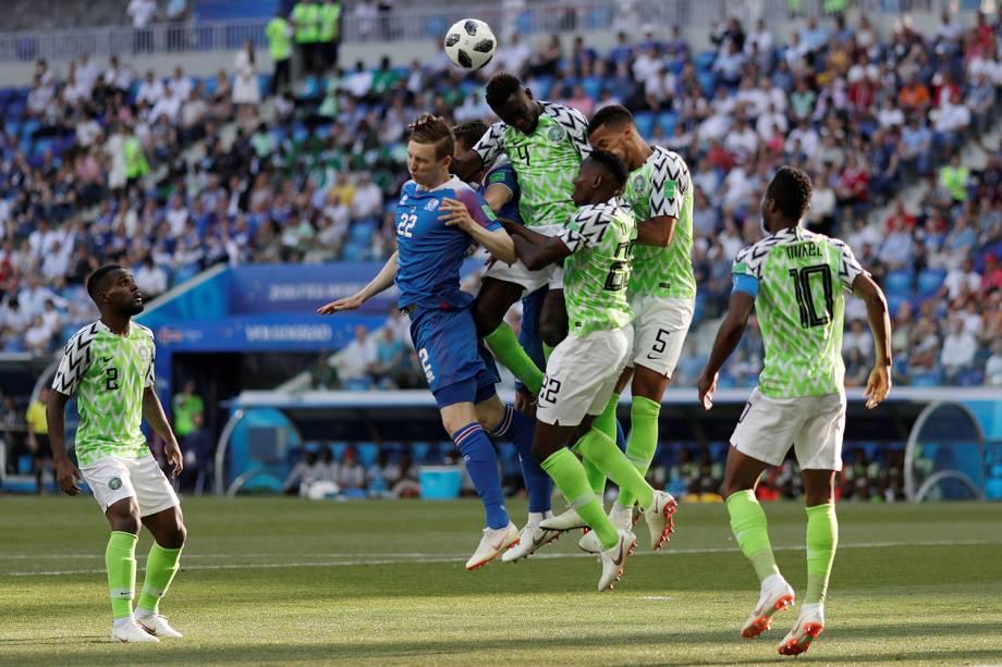 Zagueiros da Nigéria afastam a bola cruzada para o islandês, Jon Dadi Bodvarsson, dentro da área - 22/06/2018