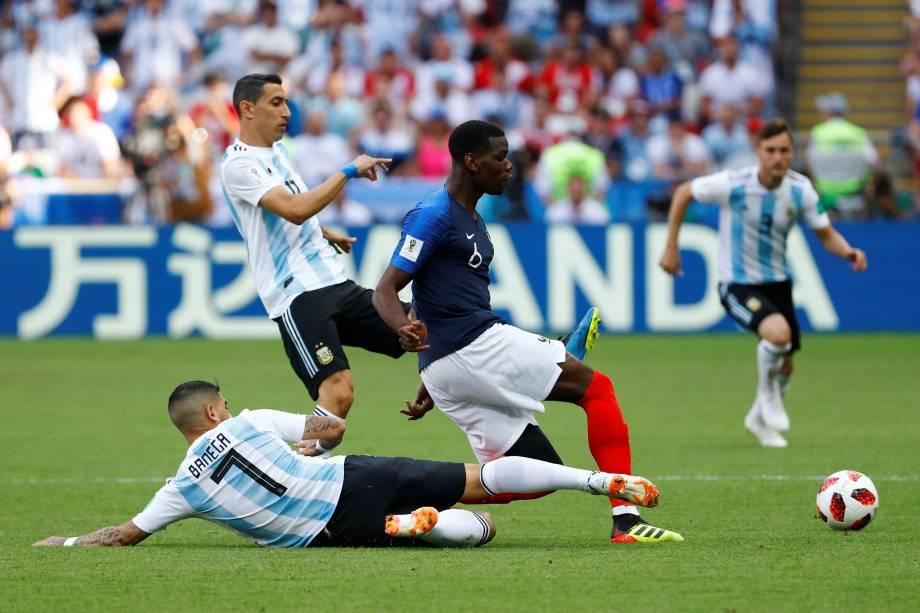 O francês Paul Pogba é marcado pelos argentinos Ángel Di María e Éver Banega, durante partida válida pelas oitavas de final da Copa do Mundo na arena Kazan - 30/06/2018