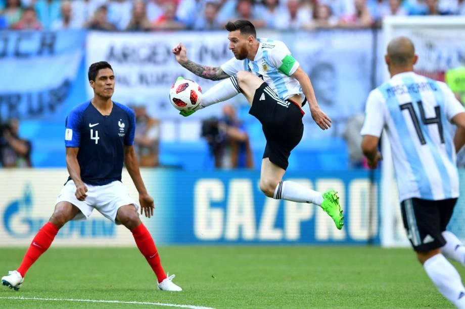 O argentino Lionel Messi salta para dominar a bola durante partida contra a França, na arena Kazan - 30/06/2018