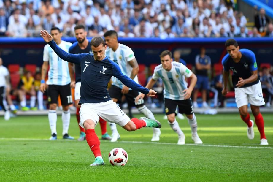Antoine Griezmann marca de pênalti o primeiro gol da França na partida contra a Argentina, válida pelas oitavas de final da Copa do Mundo, em Kazan - 30/06/2018