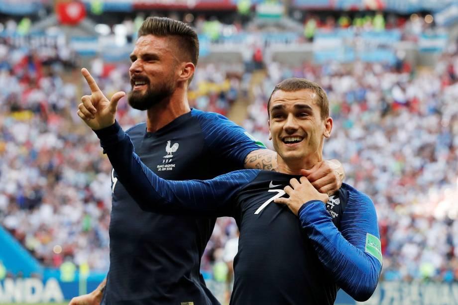 Antoine Griezmann da França comemora com Olivier Giroud o primeiro gol com da França nas oitavas de final da Copa do Mundo contra a Argentina, em Kazan - 30/06/2018