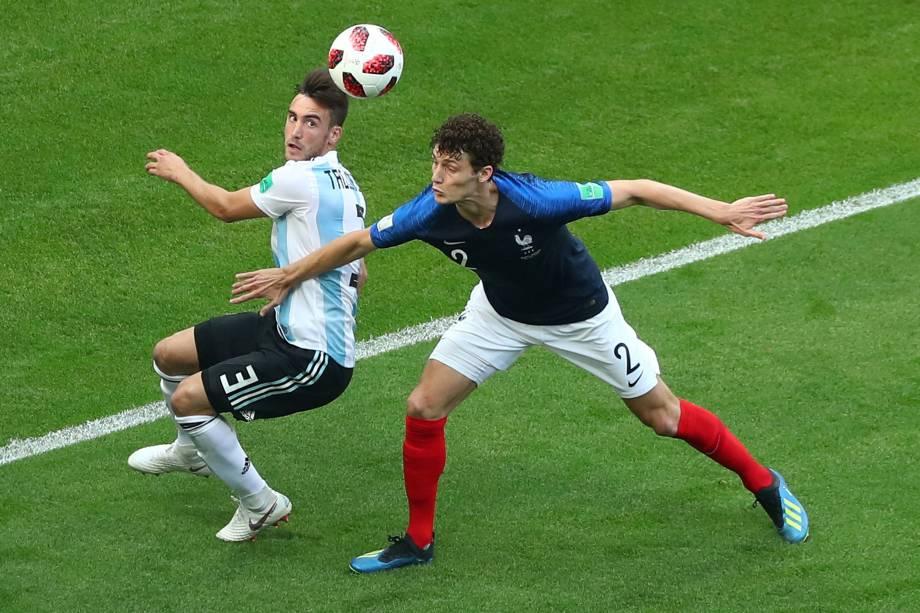 Nicolas Tagliafico da Argentina disputa pelo alto com Benjamin Pavard da França, em partida válida pelas oitavas de final da Copa do Mundo, em Kazan - 30/06/2018