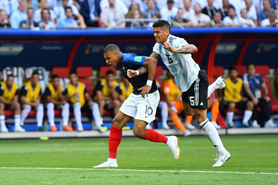 O argentino Marcos Rojo derruba Kylian Mbappé na área e juiz marca pênalti para a França, em partida válida pelas oitavas de final da Copa do Mundo em Kazan - 30/06/2018