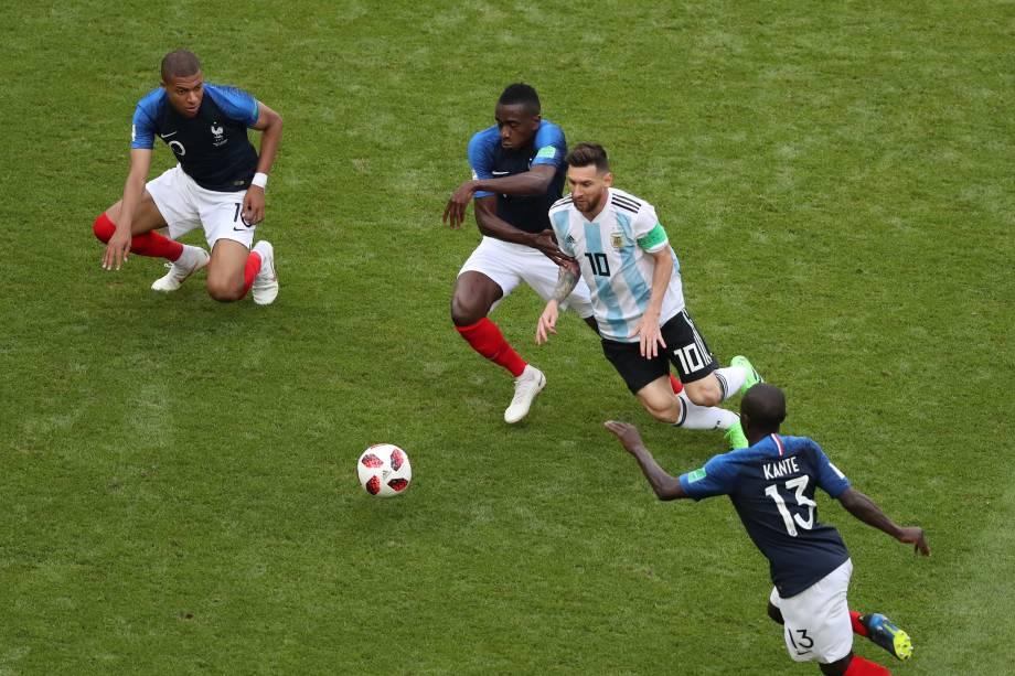 Lionel Messi de Argentina é marcado de perto por Blaise Matuidi e Ngolo Kante da França durante partida das oitavas de final da Copa do Mundo, na arena Kazan - 30/06/2018