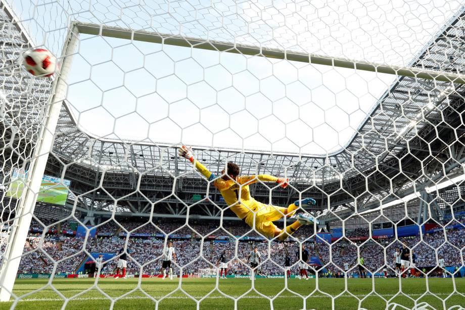 Ángel Di María chuta de fora da área para marcar o gol da empate da Argentina na partida de oitavas de final da Copa do Mundo contra a França, na arena Kazan - 30/06/2018