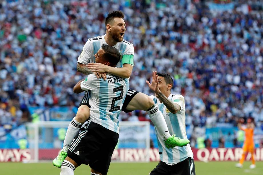 Lionel Messi comemora com Gabriel Mercado o segundo gol da Argentina na partida contra a França, válida pelas oitavas de final da Copa do Mundo, em Kazan - 30/06/2018
